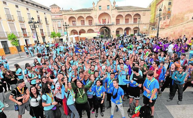 Cientos de scouts llenan el recinto histórico de la ciudad