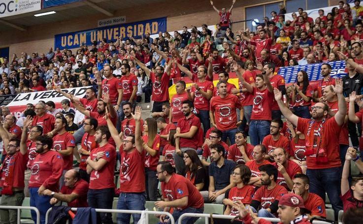 La afición universitaria sufre con el UCAM - Obradoiro