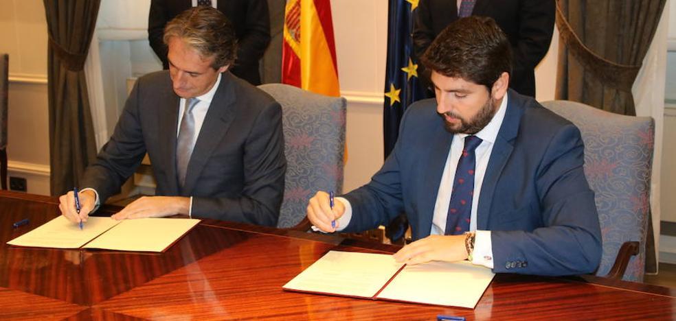 De la Serna y López Miras firman el convenio para finalizar las obras de la 'autovía del bancal'