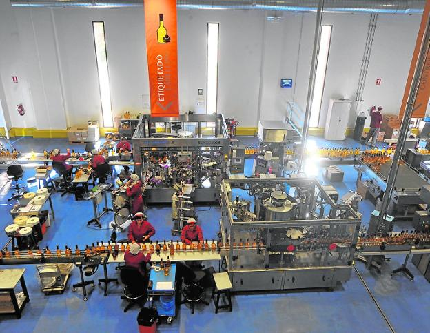 Una de las líneas de producción de la fábrica de Licor 43, en el polígono Los Camachos. / Antonio Gil / AGM