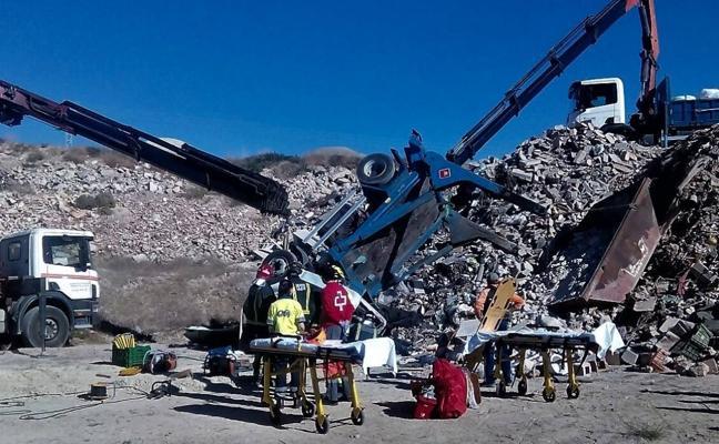 Logran rescatar tras dos horas al trabajador atrapado por un camión