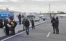 La huelga en Cataluña atrapa a cientos de camiones de la Región