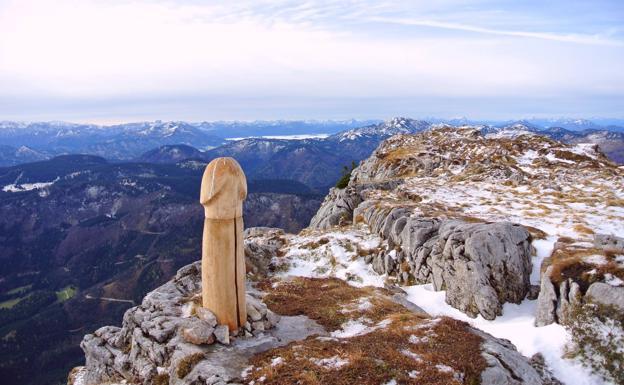 El misterioso falo gigante que ha aparecido en Los Alpes