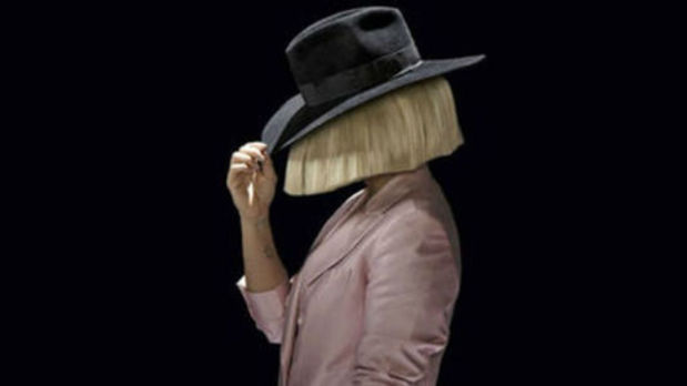 Sia comparte una foto suya desnuda para evitar que se lucren a su costa