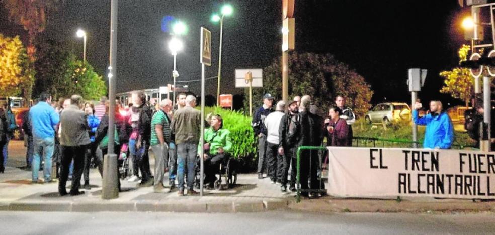 Medio centenar de vecinos protestan por la llegada del AVE