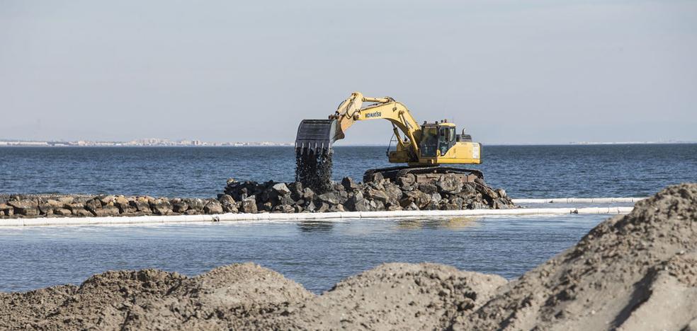 Eliminan el último espigón de Los Urrutias para acabar con la suciedad en la playa