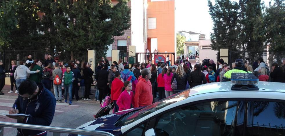 Los padres protestan por la llegada al colegio de La Salud de las hijas de 'Los Madrileños'