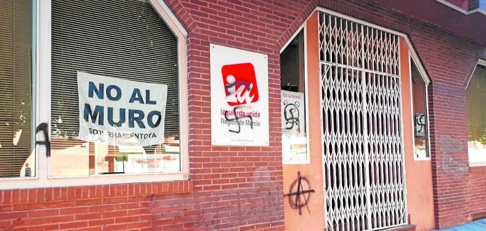 Símbolos nazis en la sede de Izquierda Unida-Los Verdes
