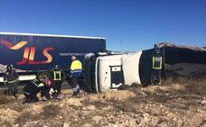 Vuelca un camión cargado de material para la construcción en los Altos de Caudete