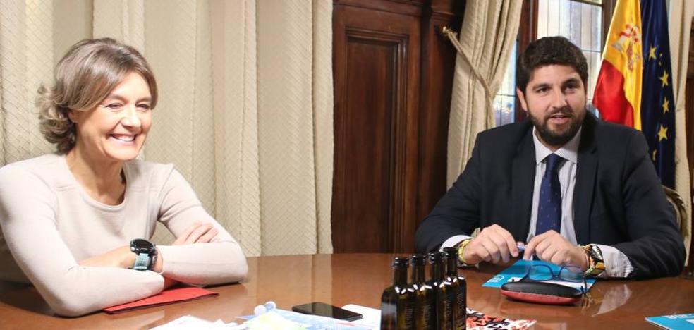La ministra se compromete a enviar más agua desalada y abrir todos los pozos