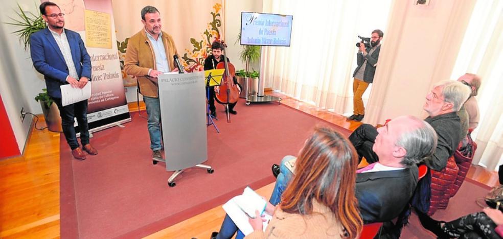 El poeta vitoriano Vidal Carreras gana el Oliver Belmás con 'Caja oscura'