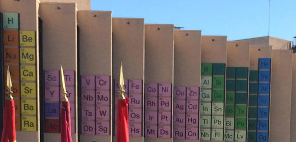 Una tabla periódica de récord en la fachada de la Facultad de Química