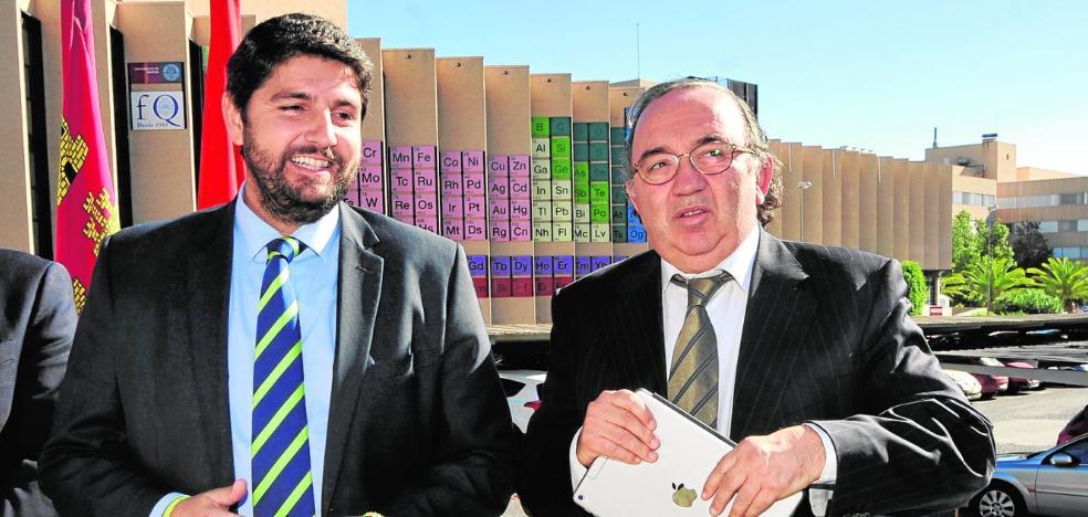El rector exige a López Miras que rebaje los precios de los másteres