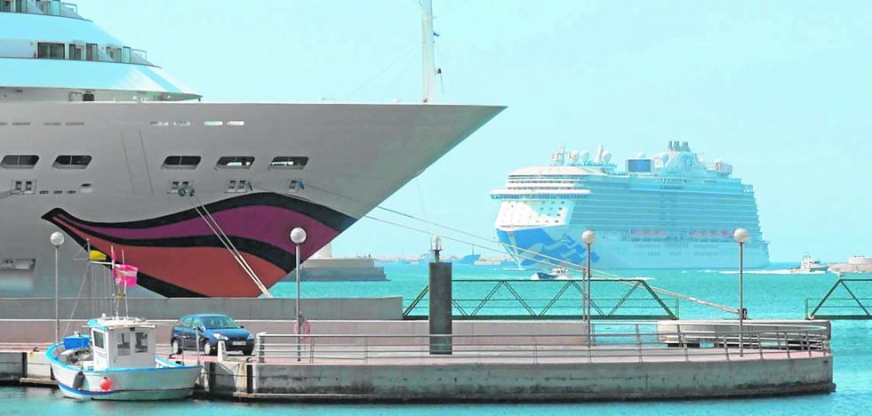 El puerto de salida de cruceros se aleja