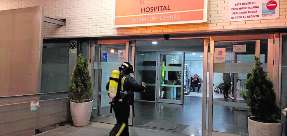 Los bomberos sofocan un incendio en el hospital