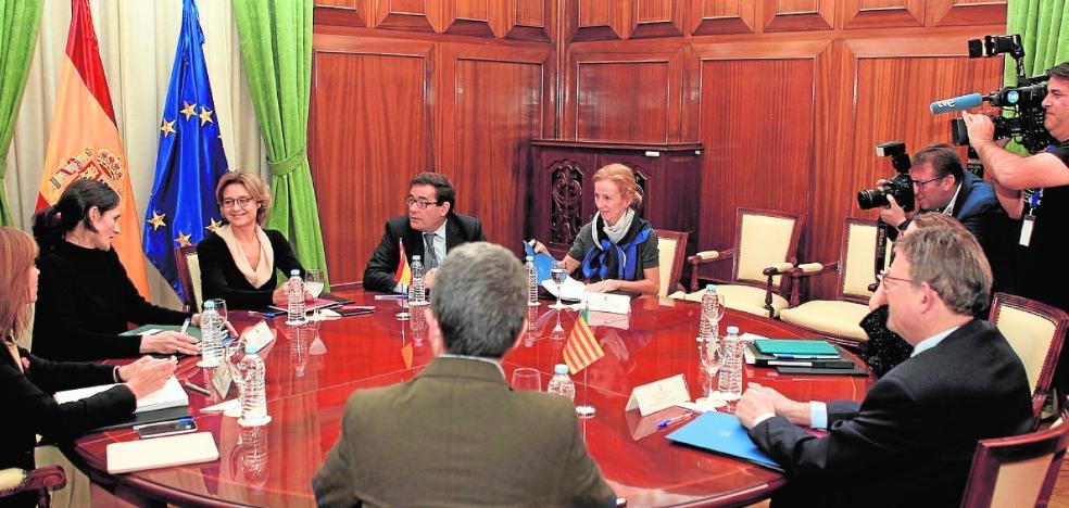 La ministra también ofrece al presidente valenciano la desaladora de Torrevieja