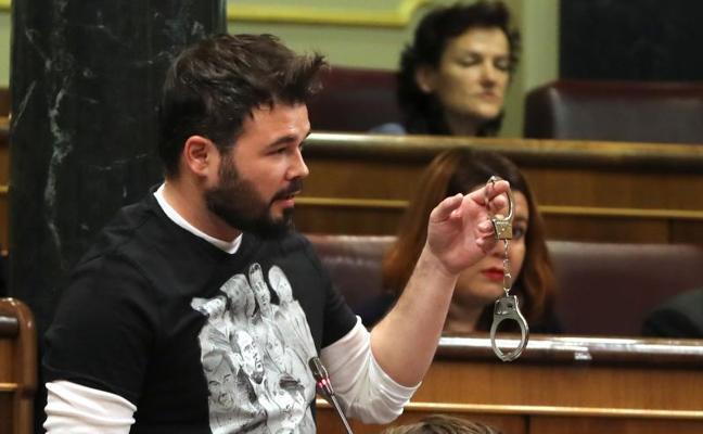 Rufián exhibe unas esposas: «Ojalá algún día un tal M. Rajoy esté con unas de estas»