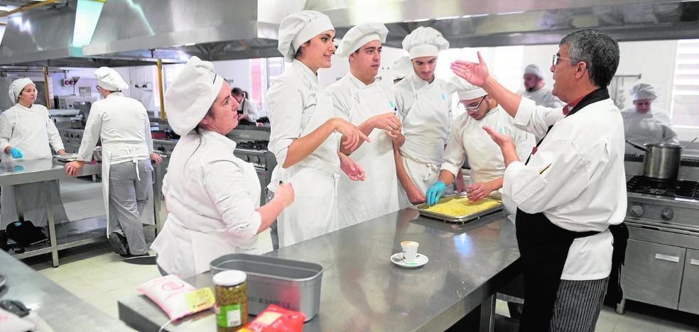 Casi 400 alumnos se formarán este curso en las cocinas del IES de La Flota