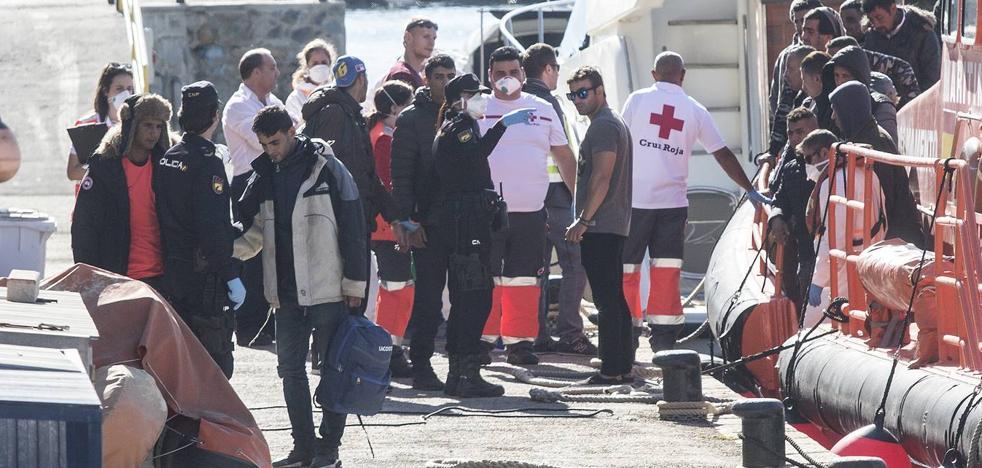 Rescatadas ya unas 190 personas en las costas de la Región mientras buscan 4 pateras más