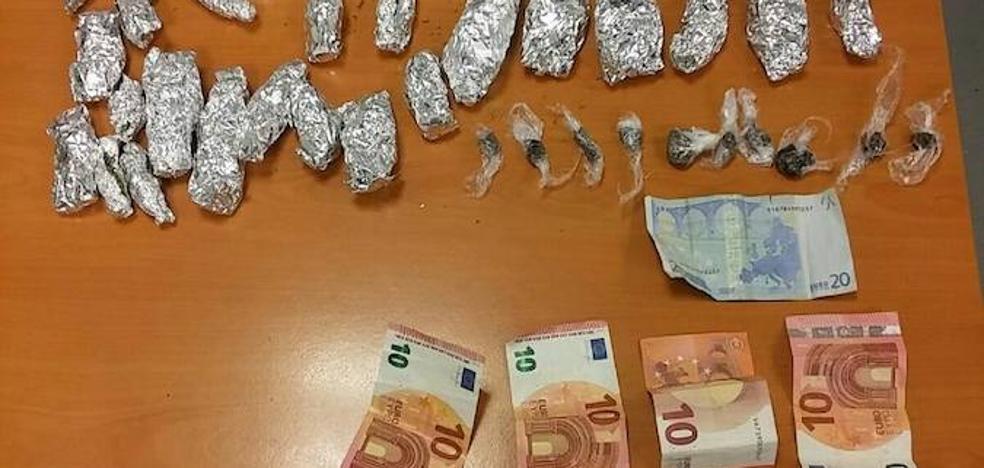 Detenido un joven por policías de paisano mientras traficaba con drogas en Murcia