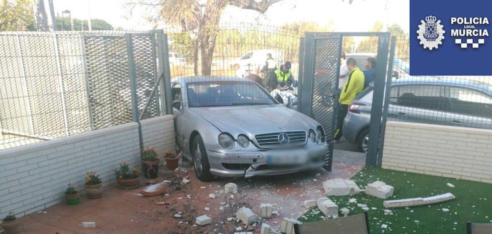 Huye tras empotrar su coche contra una casa en Murcia
