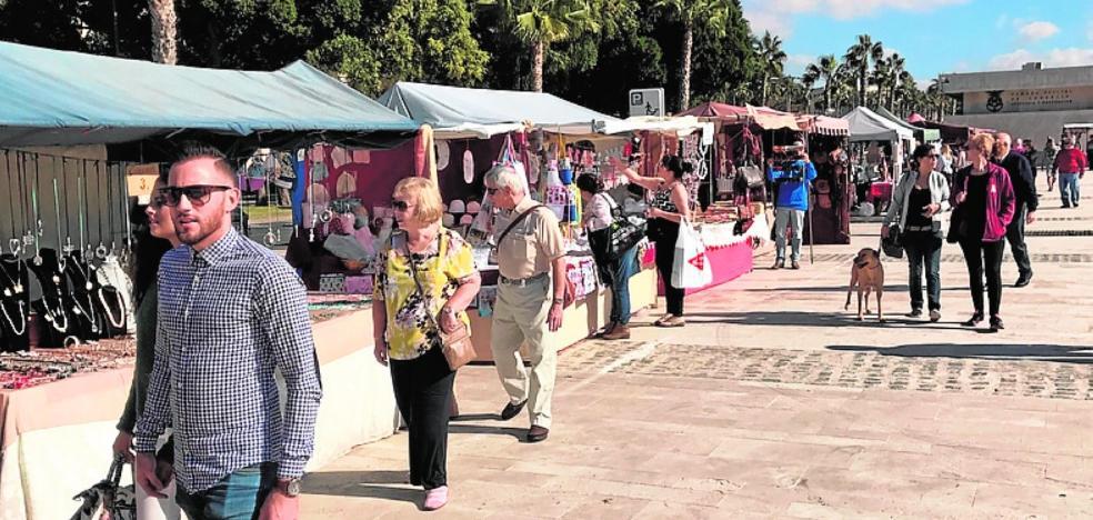 El Zoco Artesanal atrae, con sus 43 puestos, a compradores locales y extranjeros al puerto