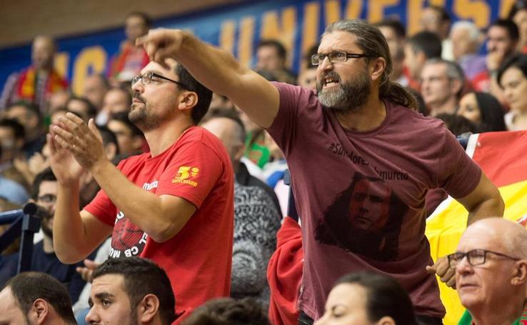 La afición apoya al UCAM en su victoria en el Palacio