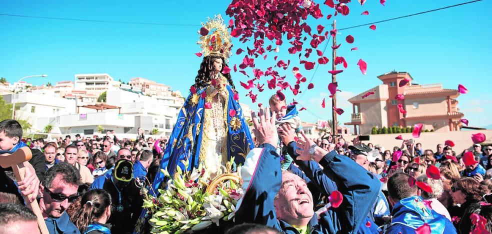 Miles de fieles acompañan a la virgen hasta Bolnuevo
