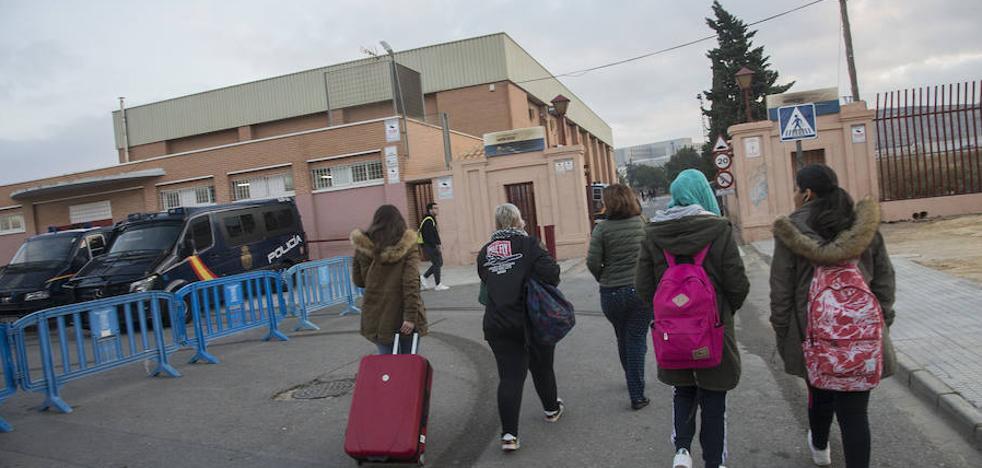 Empiezan a tomar declaración a 285 de los 534 argelinos llegados en patera desde el viernes