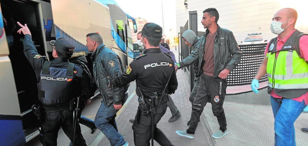 El Gobierno lleva a una cárcel sin abrir de Málaga a 464 argelinos
