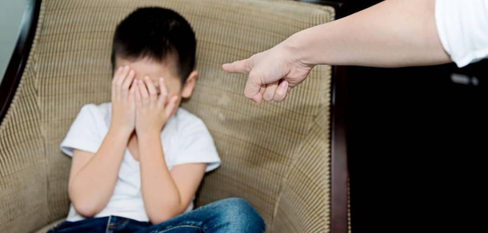 Detenida por encadenar a su hijo de 13 años al sofá para que no se escapara de casa
