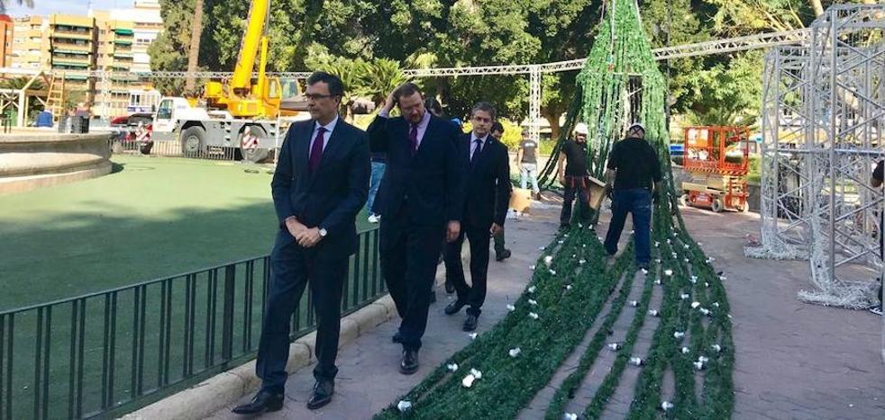 El árbol de Navidad de la plaza Circular superará los 40 metros y tendra más de 60.000 luces