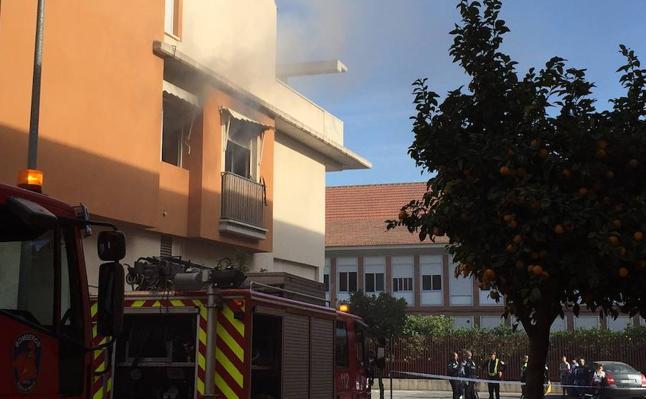 Extinguen un incendio en un bloque de viviendas de Alhama
