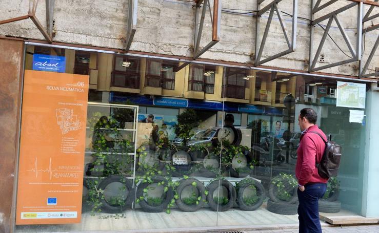 Decoran escaparates de tiendas vacías en Murcia para reactivar su alquiler o venta
