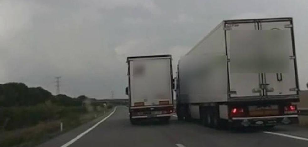 Graban la temeraria maniobra de un camión murciano en Navarra