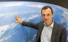 Pedro Duque se enfrenta a un youtuber que defiende que la Tierra es plana