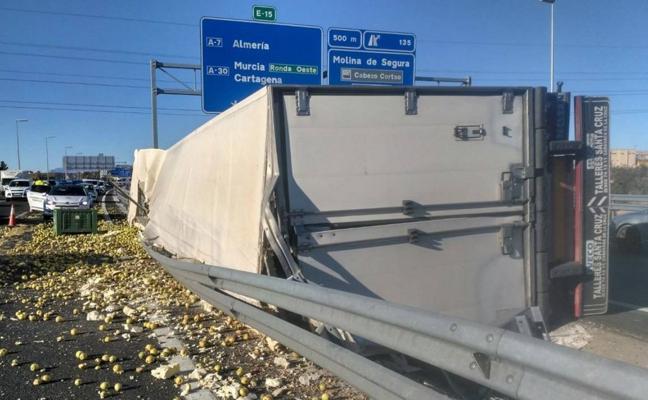 Herido el conductor de un camión cargado de manzanas tras volcar en la A-30 de Murcia