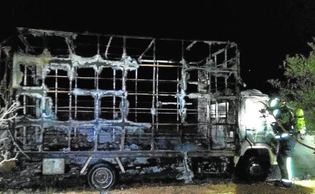 Incendian un camión robado en el Puerto de la Campana