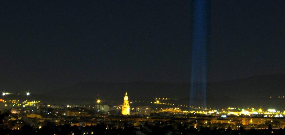 Huermur denuncia al Ayuntamiento por la contaminación lumínica del árbol navideño de la Plaza Circular