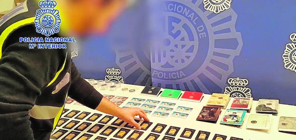 Detienen a un presunto estafador que vendía falsos lingotes de oro en la Red