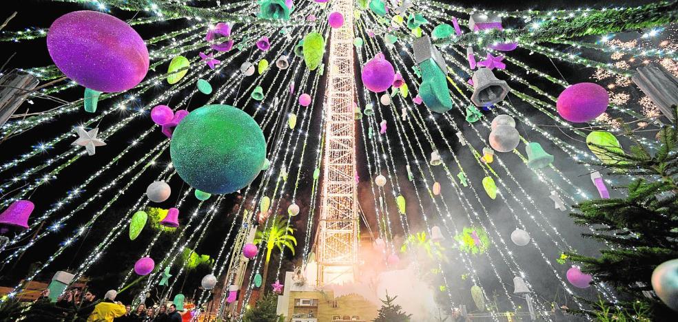 Huermur denuncia la «contaminación lumínica» del árbol de la plaza Circular