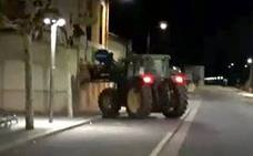 Destroza la puerta de un bar con su tractor para que no cerrara y poder seguir jugando a las tragaperras