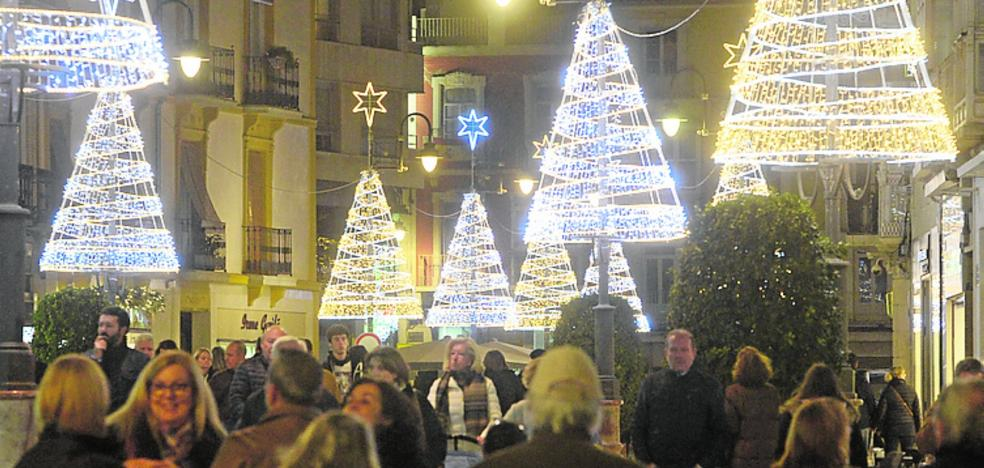 El alumbrado festivo llevará la Navidad a más calles céntricas y de los barrios