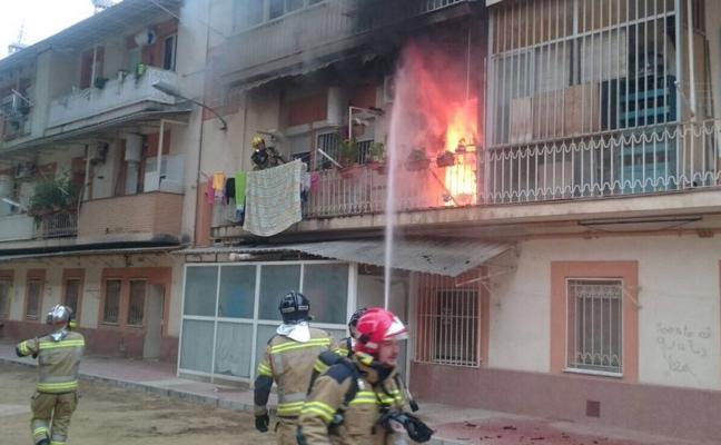 Siete intoxicados en el incendio de un piso en Santa María de Gracia