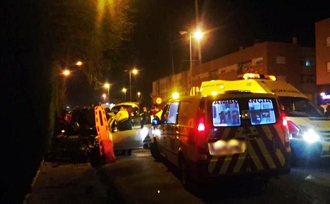 Dos heridos al empotrarse un coche contra una pared en Mula