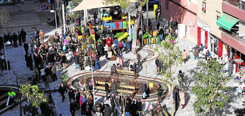 Nuevos accesos y 25 árboles renuevan la imagen de la plaza de la Constitución
