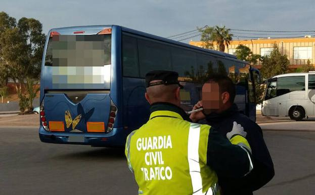 Un conductor de autobús se somete a un control. /Guardia Civil