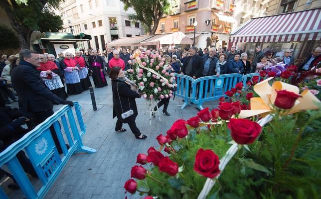 Los vecinos cubren de flores a la Inmaculada