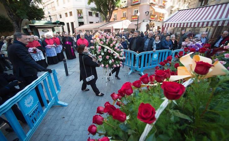 Los vecinos de Murcia cubren de flores a la Inmaculada