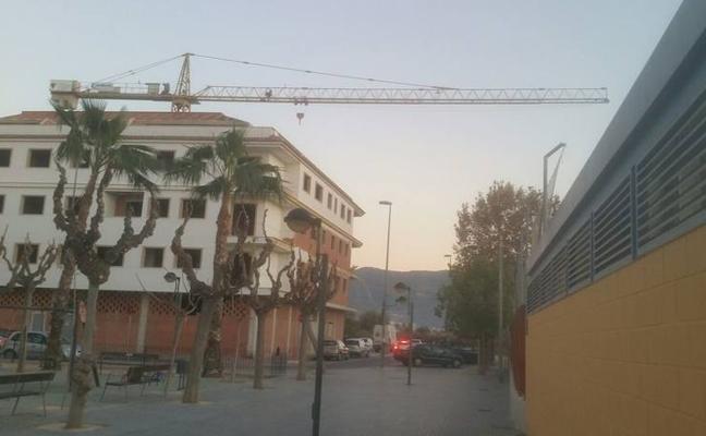 Cambiemos exige al Ayuntamiento que «tome medidas» con la grúa abandonada en Los Dolores